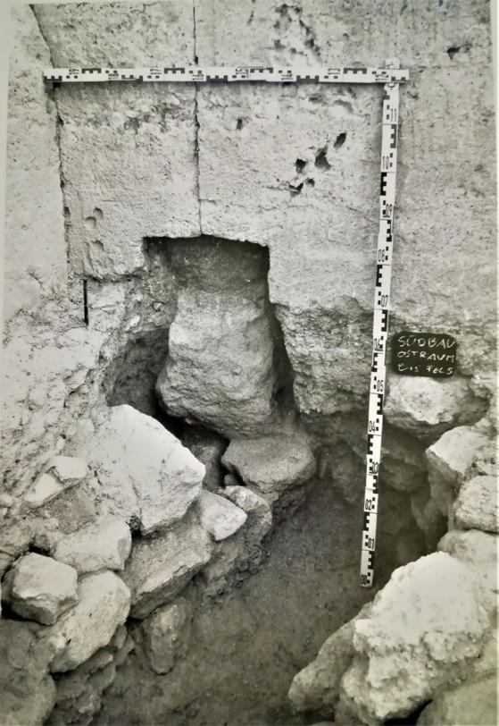 Estela funeraria antigua respetada al construir el llamado Südbau de la ciudad de Kolonna, Egina