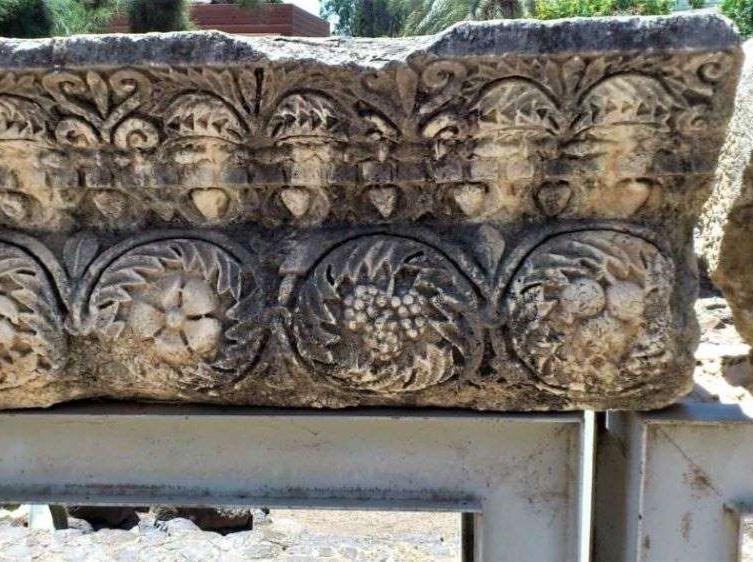 Decoración de la antigua sinagoga de Cafarnaúm: flores, racimos y granadas. Imagen tomada por Eugenio Gómez Segura.